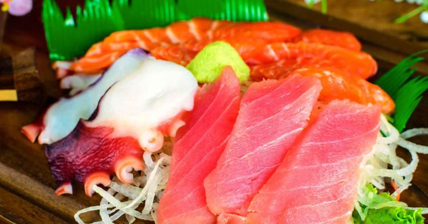 refeição de comida japonesa com atum que pode causar contaminação por mercúrio