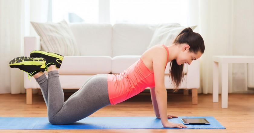 Pessoa realizando exercício em casa durante o intervalo do filme