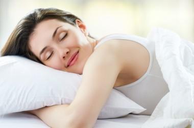 Mulher dormindo em seu horário regular e tendo um sono tranquilo