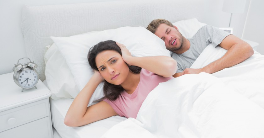 mulher deitada ao lado do marido que ronca