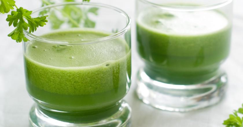 copos com smoothie detox suco verde de erva doce