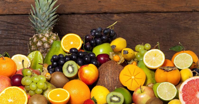 frutas frescas dispostas e uma superfície