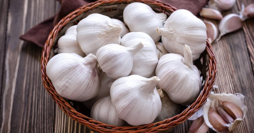 cesta cheia de cabeças de alho