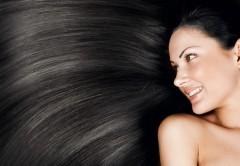 mulher com longos cabelos