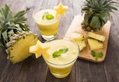 copos com smoothie detox de abacaxi sobre uma mesa