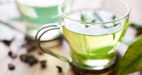 xícara transparente com chá verde dentro