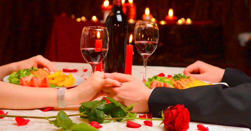Casal apaixonado em jantar romântico no dia dos namorados