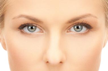 mulher de meia idade cuidando dos olhos
