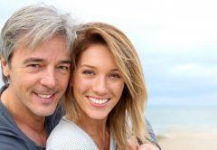 telômeros mitocondria envelhecimento casal homem de meia idade sorrindo