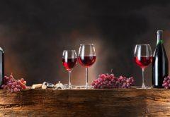 taças de vinho e uva resveratrol