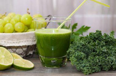 smoothie detox couve e limão copo de suco verde