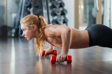 mulher fazendo musculação flexão