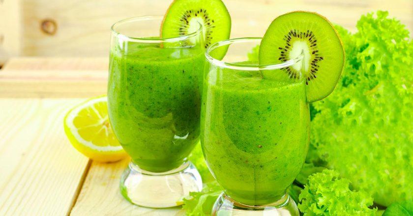 smoothie detox com kiwi, espinafre e ameixa