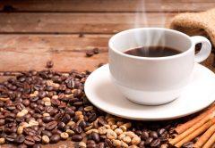 xícara de café cafeína faz bem