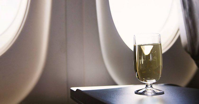 evite beber bebidas no avião