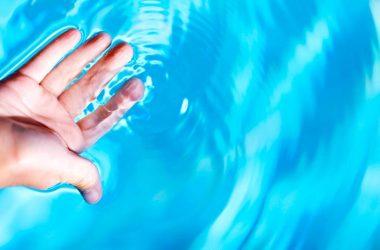 dedos das mãos enrugados