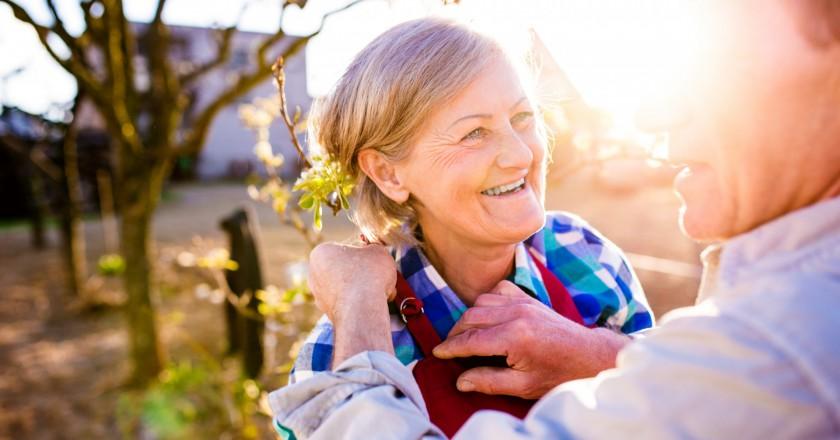 mulher idosa pegando sol e aproveitando os benefícios da vitamina D