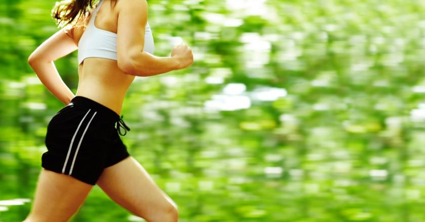 mulher praticando atividade aeróbica, ideal para o tratamento HgH e hCG