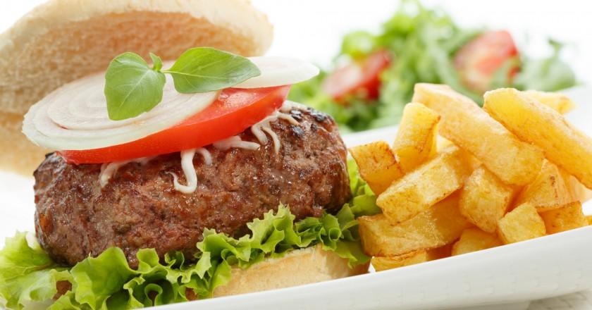 hambúrguer e batata frita, gordura em excesso