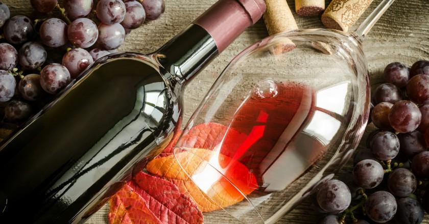 taça e garrafa de vinho tinto que ajudam na prevenção ao câncer