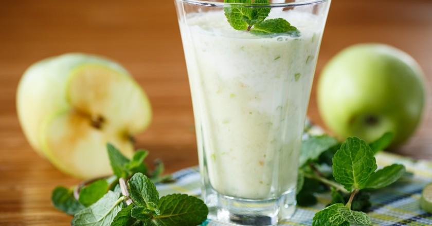 copo de smoothie detox estimulante imunológico de maçã e espinafre
