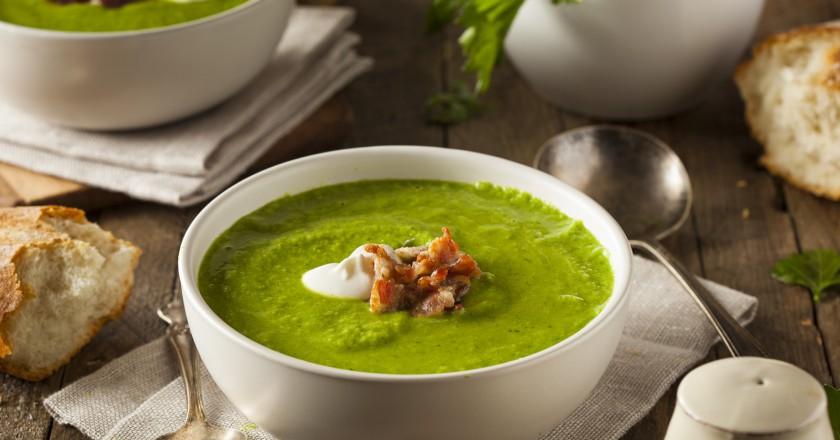 Recipiente cheio de sopa de ervilhas indicadas pelas mães e seu grande poder antienvelhecimento