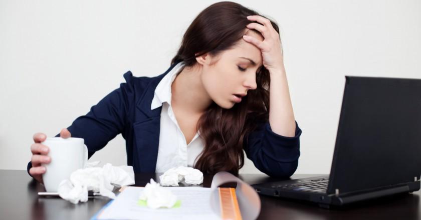 mulher com estresse crônico no trabalho de frente para o computador