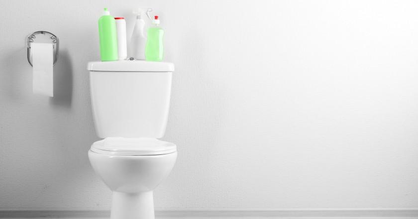 banheiro branco com objetos verdes