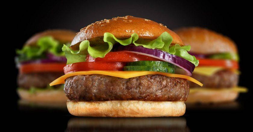 hamburguer com queijo alface e tomate