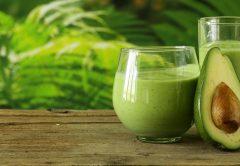 smoothie de abacate e mirtilos