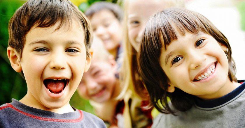 crianças que crescem em meio à natureza